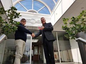 Peter Stemerdink (SBB) en Rob Timman (TriOpSys) geven elkaar een hand