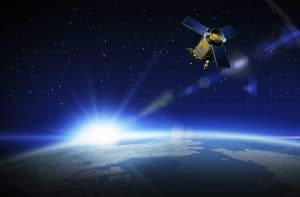Artist impression van de Sentinel satelliet (inclusief Tropomi) boven de aarde.