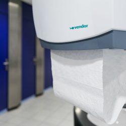 Handdoekautomaat in openbaar toilet